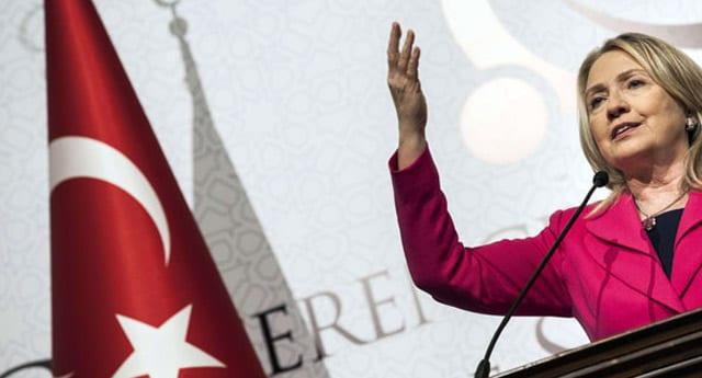 Clinton'ın konuşma öncesi Türk bayrağı hassasiyeti