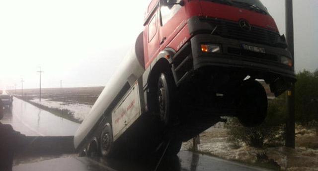 Yolun çökmesiyle tanker asılı kaldı!