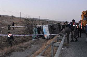 Yolcu otobüsü devrildi:1 ölü