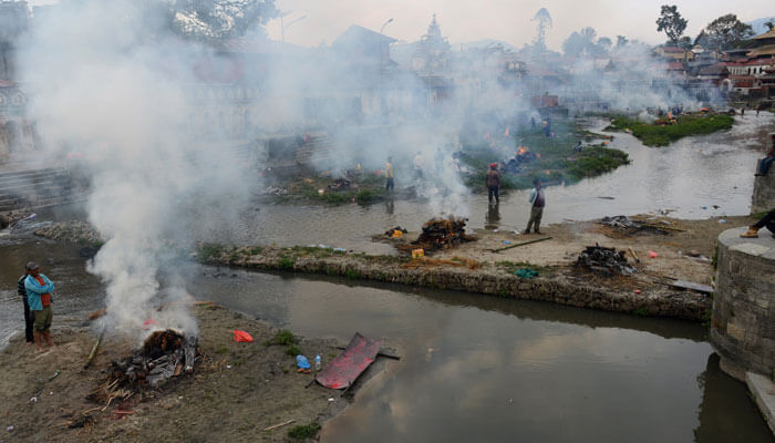 Nepal'de depremde ölenlerin cesetlerini yakmaya başladılar!