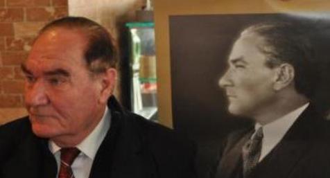 Atatürk'e benzerliğiyle ilgi çekiyor