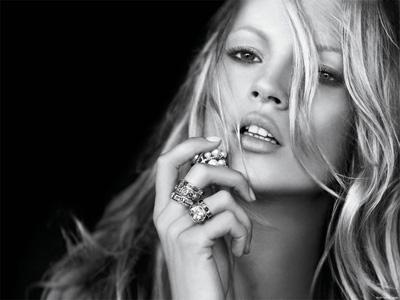 Güzel top model Kate Moss felç geçirdi.