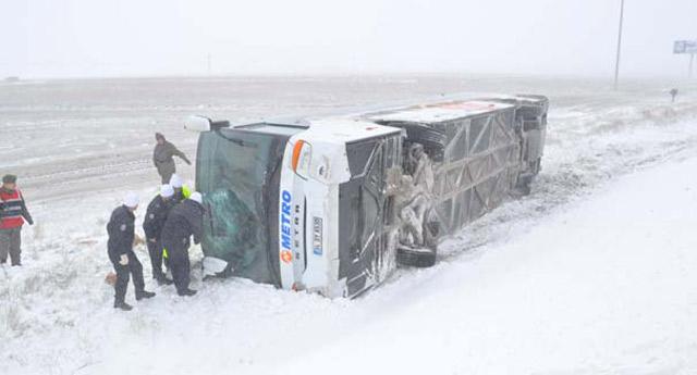 Yaralılar devrilen otobüsün içinde tutuldu