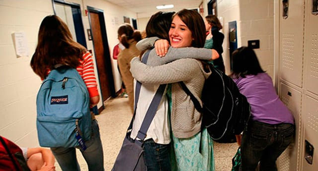 Öğrencilerin kucaklaşması yasaklandı
