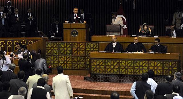 Başbakan'ın konuşma sırasındaki alkış stili protesto sanıldı