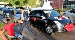Düğün konvoyunda para isteyen çocuğu dövdü!