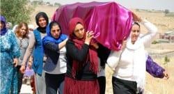 Cenazeyi kadınlar defnetti!