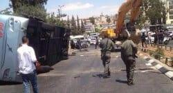 Filistinli eylemci kepçeyle otobüse saldırdı!
