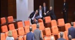 TBMM'de MHP ve AK Parti milletvekilleri kavga etti!