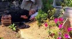 Ölen eşinin mezarı başından ayrılmıyor!
