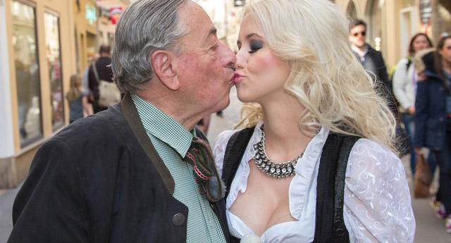 81 yaşındaki milyarder playboy güzeli ile evlendi!
