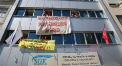 İşçiler, SGK binasını işgal etti!
