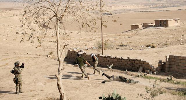 IŞİD militanları öldürülen sivilleri elektrik direklerine astı!