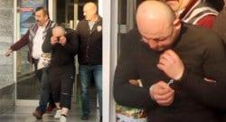 Kara çarşafla içeri giren erkek vatandaşlar tarafından yakalandı!