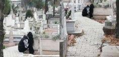 Mezarlıkta ağlayan kız aynı yerinde görüntülendi